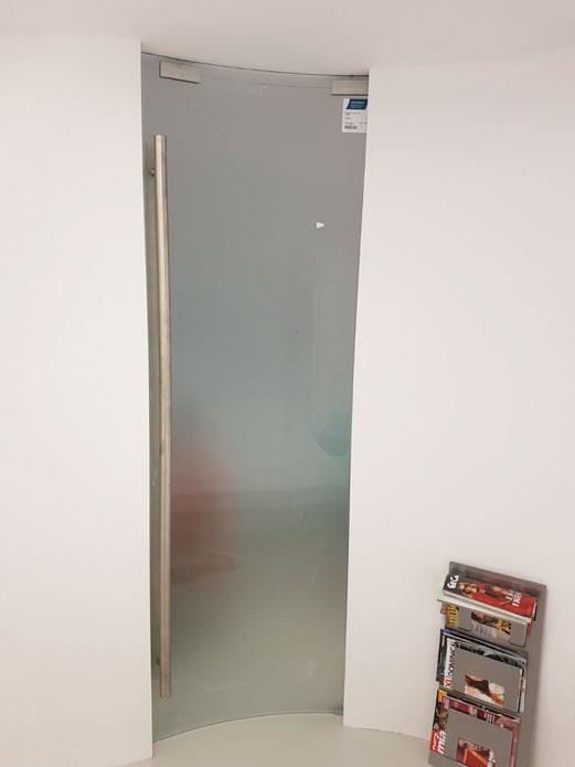 Instalación con guía de aluminio curvada de Saheco